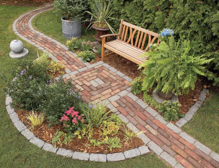 Классический пример садовой дорожки из кирпича.