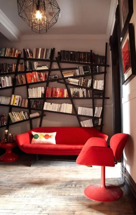 В современном интерьере стеллаж для книг может занимать одно из центральных мест, превращая домашнюю библиотеку в эффектное украшение.