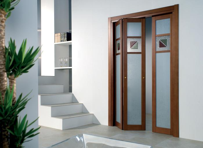 Дверь из дерева со стеклянными вставками матового исполнения в восточном стиле.