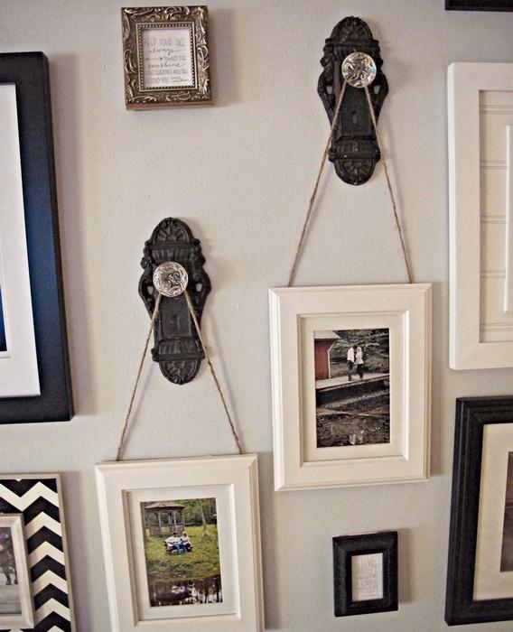 Держатели для семейных фотографий из старых металлических дверных ручек.