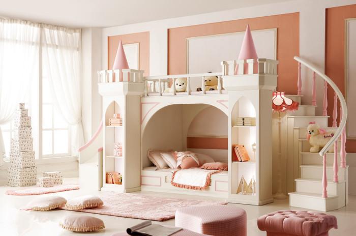 Ещё одна оригинальная кровать в виде средневекового замка для детской комнаты.