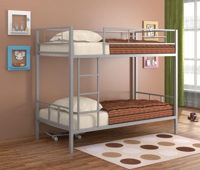Оригинальная двухъярусная кровать с металлическим каркасом.