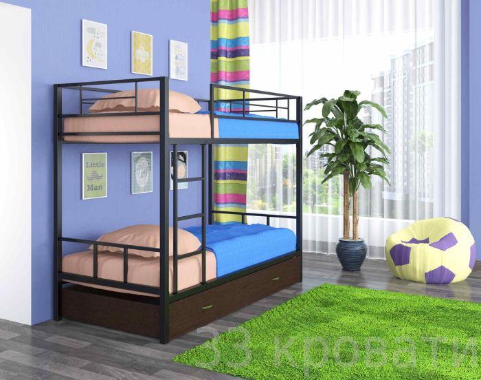 Простая двухъярусная кровать, установленная напротив панельного окна.