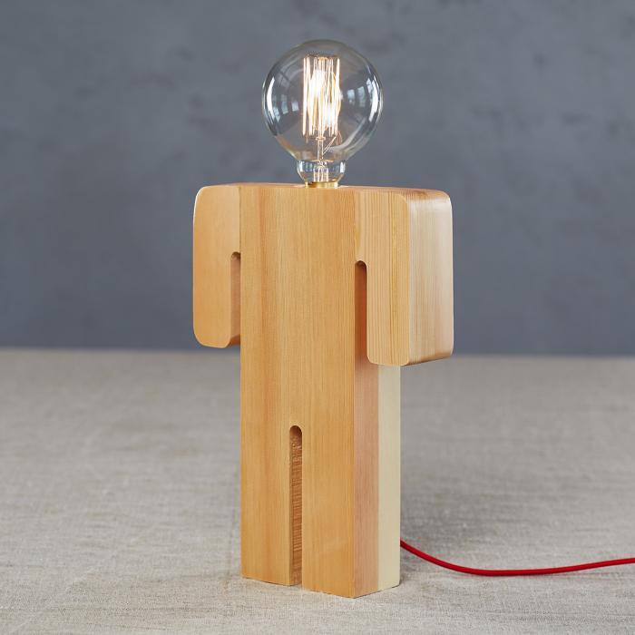 Настольный светильник, который сразу привлечет внимание гостей.