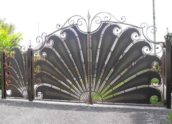 Классические металлические ворота необычного дизайна.