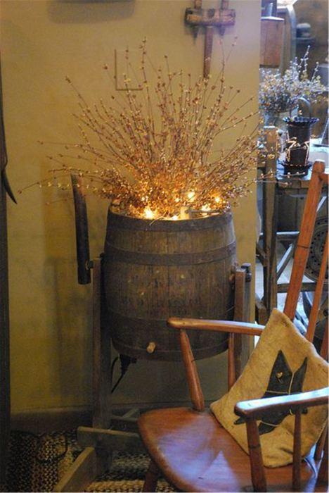 Напольный светильник, основанием для которого послужила винная бочка.