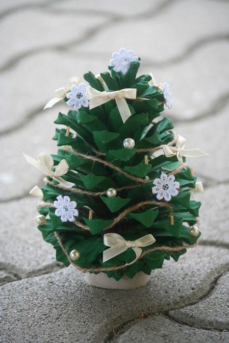 Декоративная ель в интерьере понравится защитникам природы, которые принципиально не ставят живое дерево в помещении.