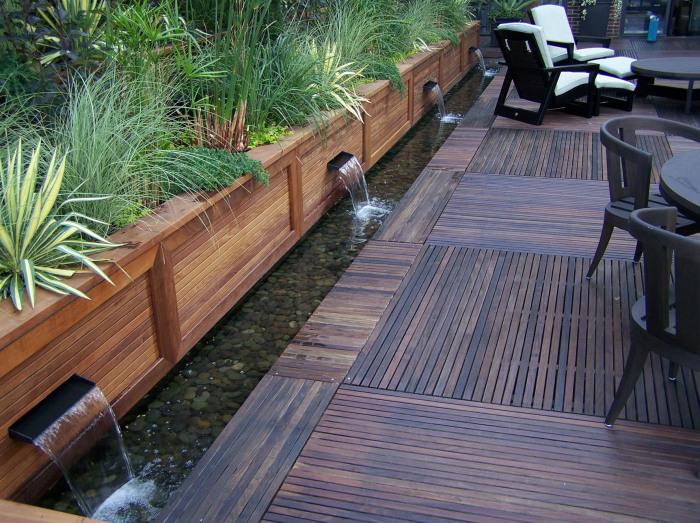 Современный дизайн водопадов с отличным сочетанием простых форм и экологически чистых материалов.