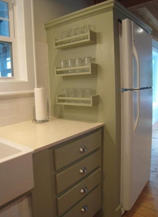 Вертикальная система хранения – лучшее решение для маленькой кухни.