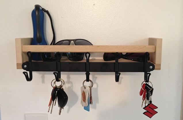 Настенная ключница из обыкновенного деревянного бруска.