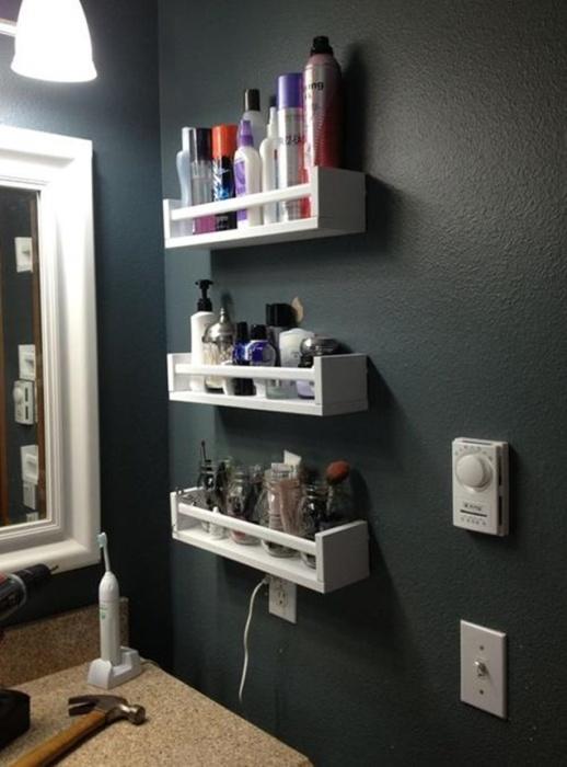 Выбор полочки в ванную комнату зависит не только от дизайна комнаты, но и от личных предпочтений хозяев.