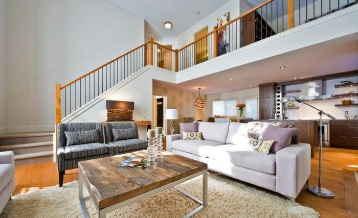 Классический деревянный столик с металлическим основанием в интерьере гостиной комнаты.