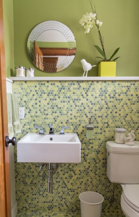 Оригинальное круглое фацетное зеркало в ванной комнате.