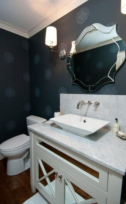 Фацетное зеркало округлой формы в ванной комнате.