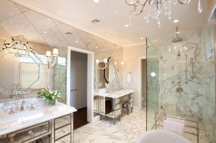 Фацетное зеркало с почти королевской гравировкой в ванной комнате.