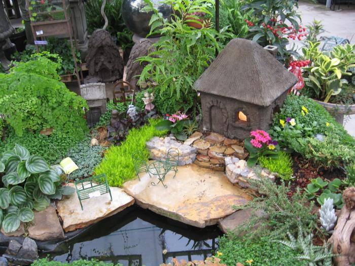 Маленькая копия садового участка в котором отлично сочетаются природные материалы.