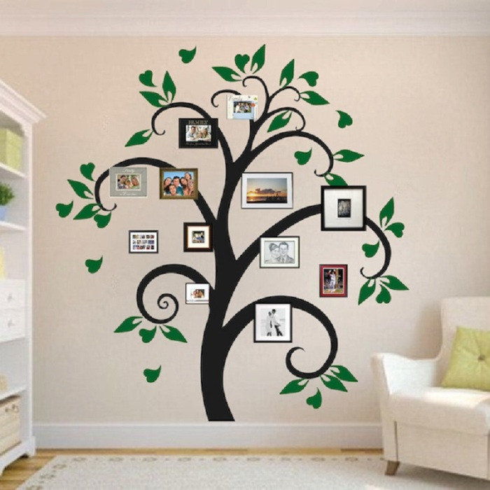 Семейное дерево на стене станет отличным дополнением к интерьеру гостиной комнаты.