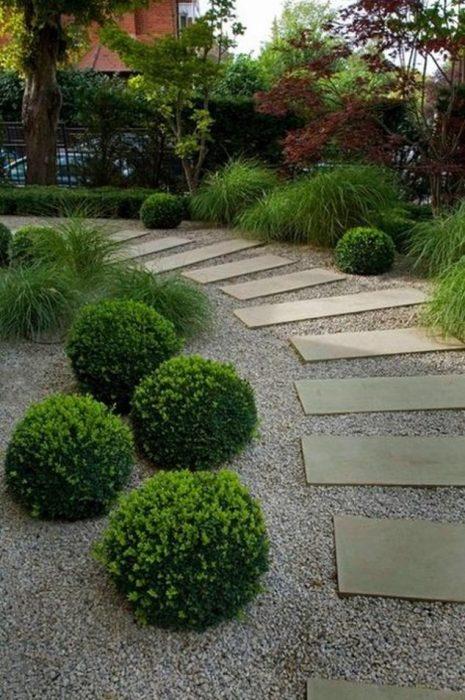 Каменная дорожка в интерьере садового участка.