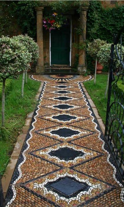 Оригинальная садовая дорожка в виде мозаики в ландшафтном дизайне.