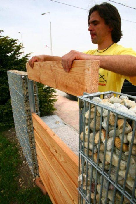 Габионы нашли широкое применении в строительстве заборов и ограждений для приусадебных участков.