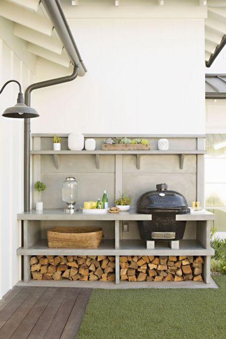 Легкая конструкция летней кухни с минимальным количеством предметов.