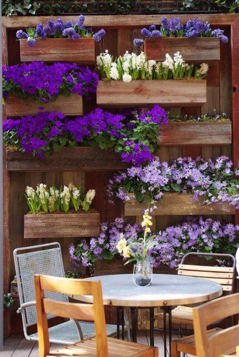 Деревянная конструкция забора с ящичками, в которые можно помещать горшки с различными цветы и растения.