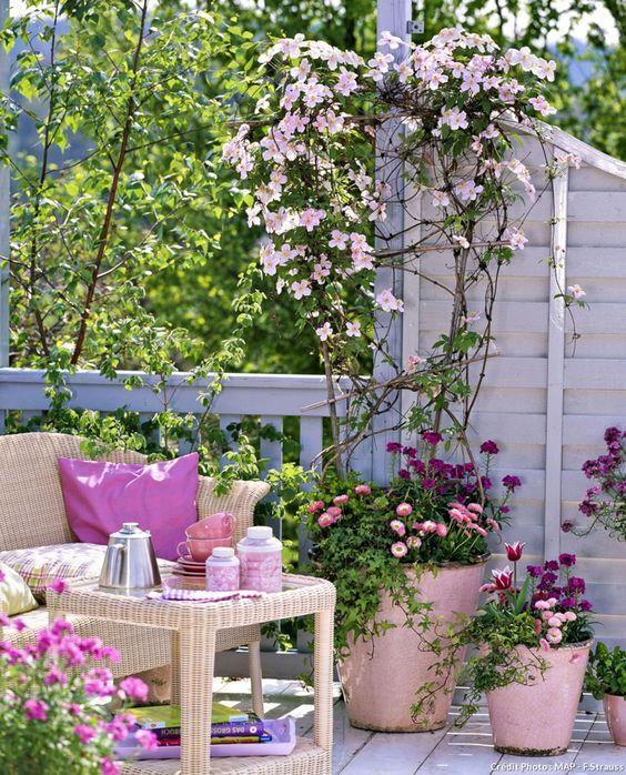 Чаще всего декоративные телеги из дерева служат своеобразными кашпо для размещения различных цветущих растений в саду.
