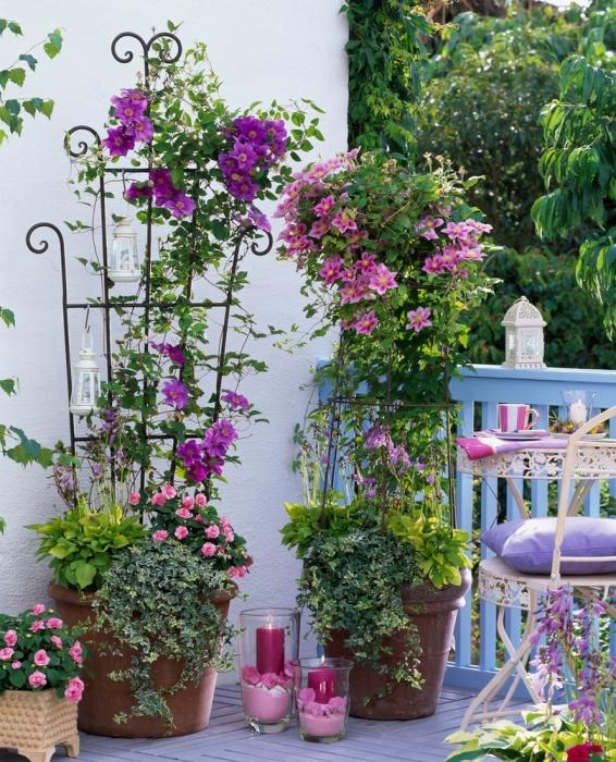 Высокие кашпо - это компактность и возможность размещения огромного количества цветущей растений и цветов.