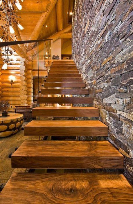 Современная лестница на второй этаж, которая способна визуально расширить пространство.