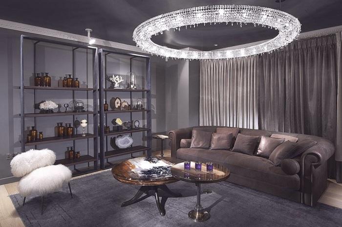 Благодаря необычному и правильному освещению комната приобрела по-настоящему современные очертания.