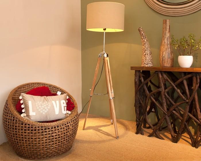 Напольный светильник, сделанный из деревянного штатива для фотоаппарата.