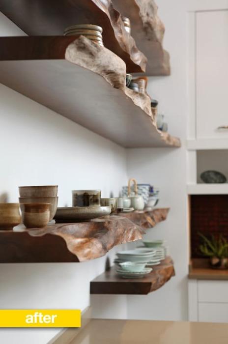 Массивные тёмные дубовые полки на фоне светлого оттенка стен позволят добавить контраст и освежить интерьер кухни.