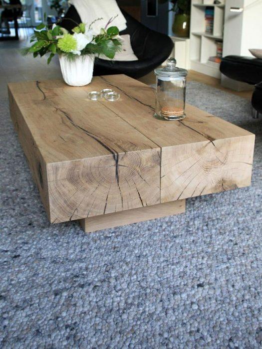 Журнальный столик из массива дерева, выполненный в минималистском стиле, который поражает своей простотой и оригинальностью.
