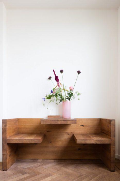 Деревянный стол и два стульчика, которые изменили представление об элегантной и вечно модной мебели для кухни в стиле минимализма.