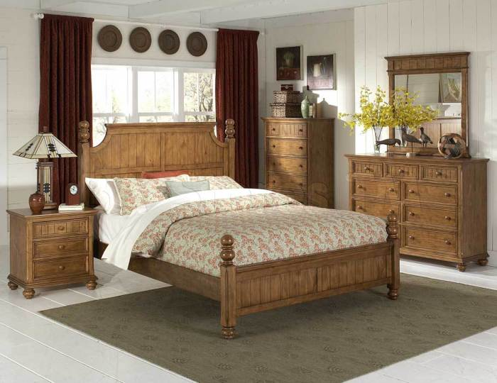 Деревянная мебель из натуральных материалов в стиле кантри.