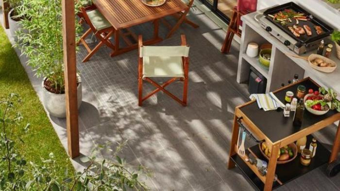 Кухонный гарнитур и столовая мебель на летней кухне должны выдерживать повышенную влажность и перепады температур.