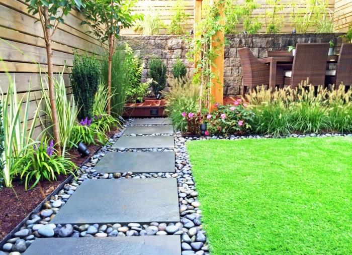 Довольно популярный материал для мощения дорожек - бетонные плиты разных форм и с размеров.