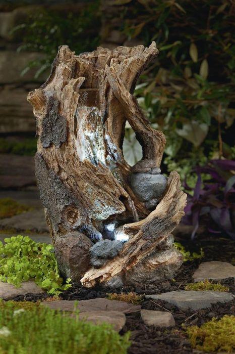 Фонтан из коряги создающий природную гармонию и красоту.