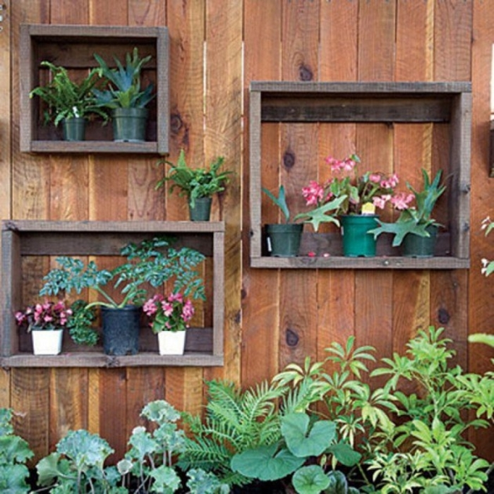 Обычные старые деревянные ящики можно превратить в отличные полки для небольших кашпо и цветочных горшков.