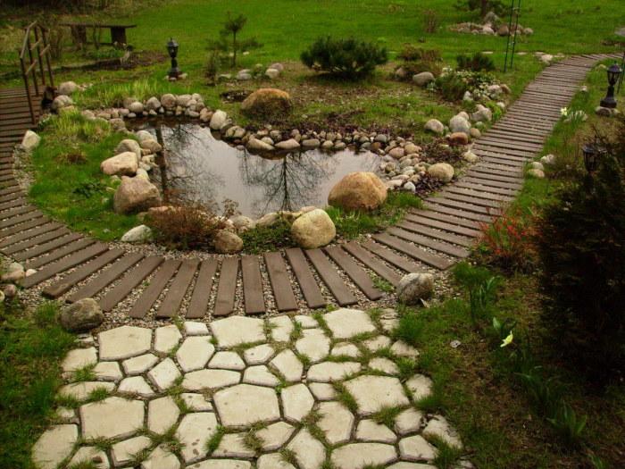 Просто отличная деревянная дорожка в японском саду.