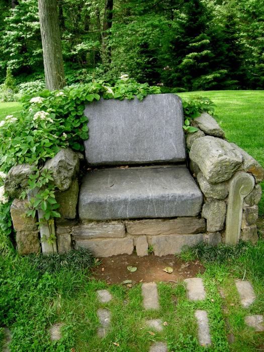 Стильное кресло выложенное из камней станет настоящей изюминкой в интерьере садового участка.