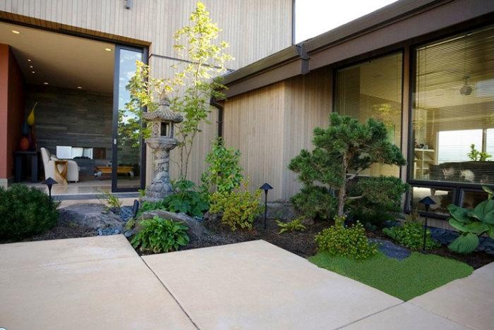 Миниатюрный японский сад у входа в загородный дом.