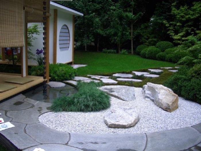 Красота и строгость линий отлично сочетаются в садовом участке восточного стиля.