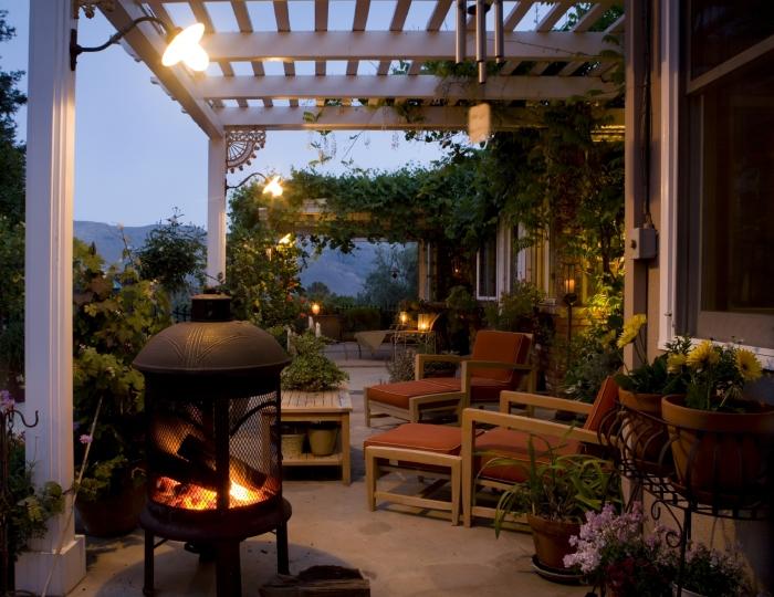 Веранда с прекрасно подобранным освещением специально для приятного времяпрепровождения, что точно понравится.