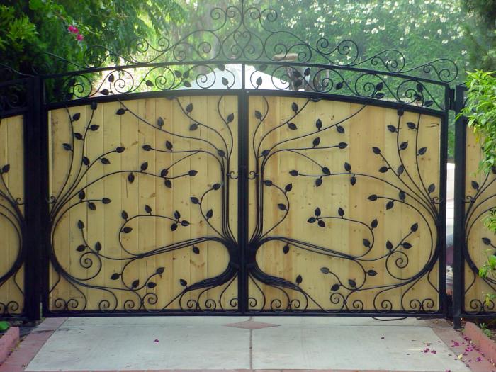 Деревянные ворота с кованными элементами.