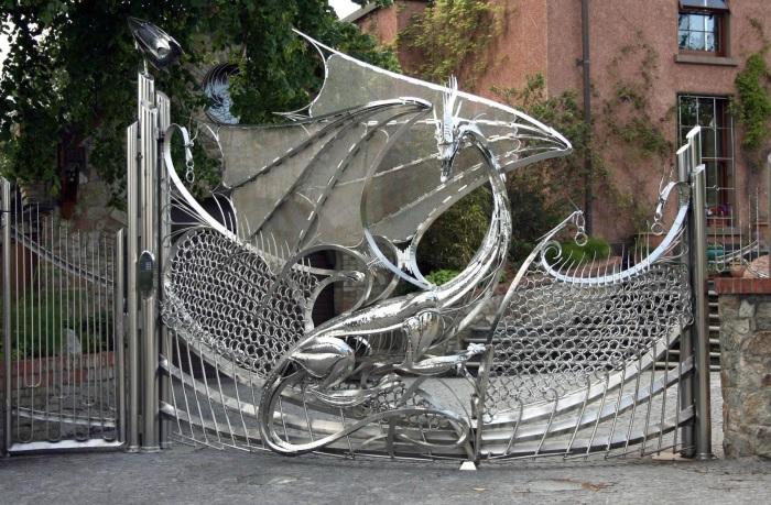 Кованные металлические ворота для загородного участка.