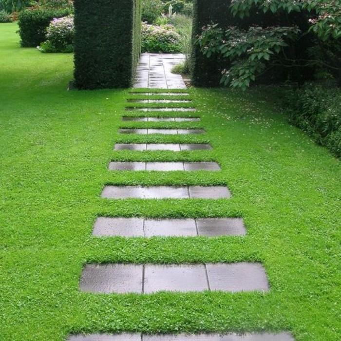 Старые керамические плитки можно легко использовать для создания садовой дорожки.