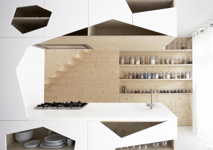 Стеллаж из натуральной древесины и необычные геометрические фигуры в интерьере кухни, которые создают сказочную атмосферу.