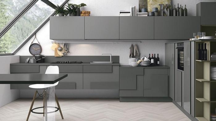 Объёмный кухонный гарнитур - это не только отличный способ правильно распределить пространство для хранения, но и идеальное решение для улучшения визуального восприятия серых оттенков в помещении.
