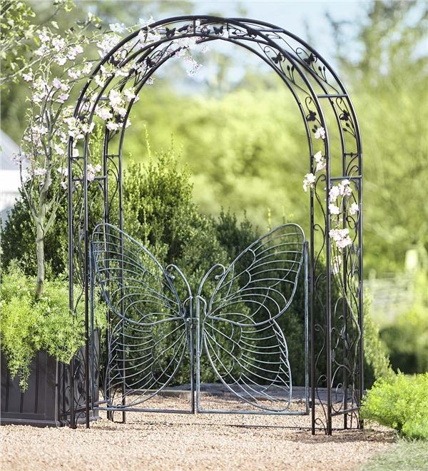 Отличная металлическая калитка для садового участка.